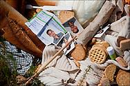 Des effets personnels, des détritus et de la nourriture par terre au poste frontière Ras Jedir. Plus de 140 000 réfugiés ont déjà quitté la Libye par la Tunisie ou l'Egypte et des milliers continuent d'arriver chaque jours. Vendredi 4 Mars 2011, Ras Jedir, Tunisie..© Benjamin Girette/IP3 press