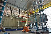Nederland. Nijmegen, 6-5-2013 Werk aan een transformator in de testhal  bij Smit Trafo. Industrie. Het bedrijf bestaat 100 jaar.  Het laatste bedrijf wat van koningin Beatrix de status koninklijk kreeg. Foto: Flip Franssen/Hollandse Hoogte