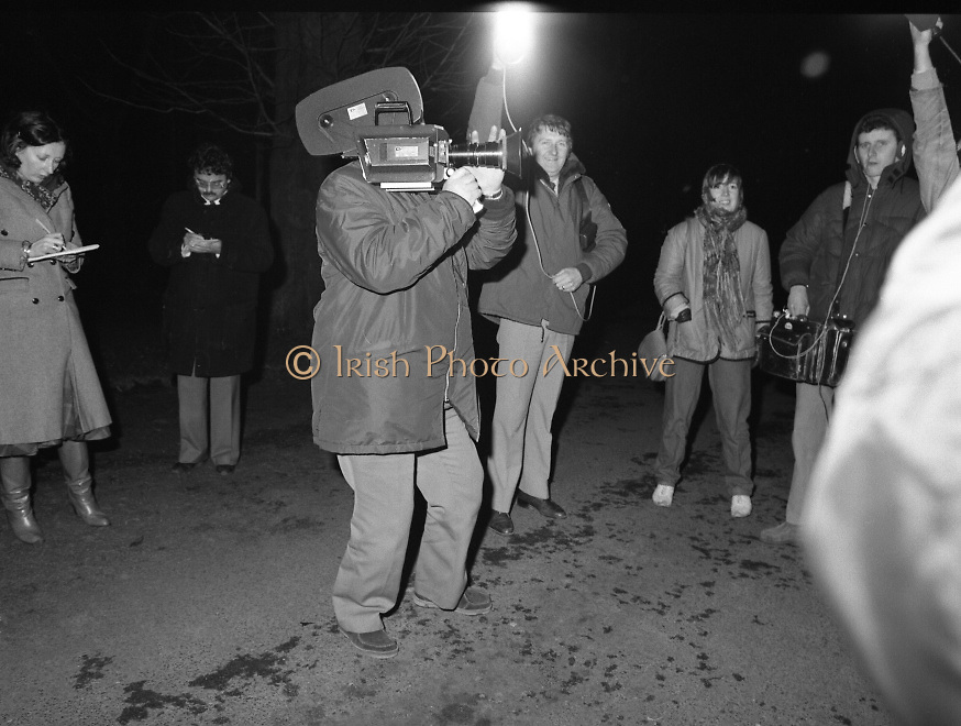 Dissolution of  22nd  Dáil Éireann 1982. .27/01/1982.01/27/82.27th January 1982.Image of the Media gathering at Áras an Uachtaráin  for arrival of Taoiseach Garret Fitzgerald.