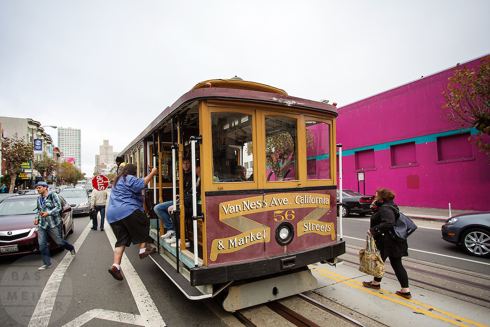 In San Francisco rijden de laatste handbediende kabeltrams. Ze zijn nu een belangrijk symbool van de stad. De trams worden door een kabel bewogen. Sinds 1873 rijden de trams, tegenwoordig zijn het vooral toeristen die in de trams zitten. De Amerikaanse stad San Francisco aan de westkust is een van de grootste steden in Amerika en kenmerkt zich door de steile heuvels in de stad.<br /> <br /> In San Francisco the last hand-operated cable cars ride. Nowadays they are an important symbol of the city. The trams are moved by a cable and ride since 1873. Today mostly tourists ride with the tram. The US city of San Francisco on the west coast is one of the largest cities in America and is characterized by the steep hills in the city.