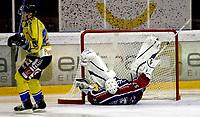 Ishockey<br /> GET-Ligaen<br /> 30.10.08<br /> Jordal Amfi<br /> Vålerenga VIF - Storhamar Dragons<br /> Keeper Patrick DesRoschers har akkurat reddet den avgjørende straffen fra Andreas Hjelm<br /> Foto - Kasper Wikestad