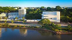 A Fundação Iberê Camargo conta com uma área total de 8.250m², construída às margens do Guaíba na Avenida Padre Cacique, 2000. Projetada pelo Arquiteto Álvaro Siza Vieira, o Projeto recebeu o Leão de Ouro na Bienal de Arquitetura de Veneza, em 2002, e se configura como um referencial arquitetônico não apenas para Porto Alegre, como também para o Brasil. FOTO: Jefferson Bernardes/ Agência Preview
