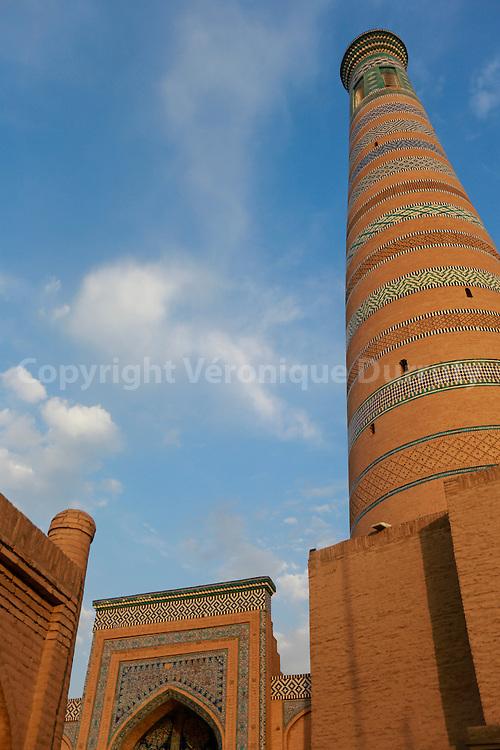 Minaret de la masquée et Madrassa Islam Hojda, Khiva, sur la route de la soie, Ouzbekistan //  Mosque and Madrasa Islam Hojda . Khiva, city of the silk Road, Uzbekistan