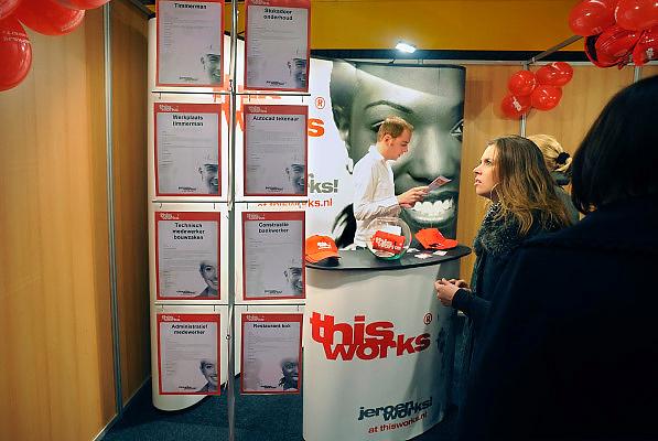 Nederland, Nijmegen, 14-3-2009Banenmarkt voor werkzoekenden.Werk zoeken. Vooral veel stands van uitzenbureaus en zorginstellingen,instellingen in de zorg.Foto: Flip Franssen/Hollandse Hoogte