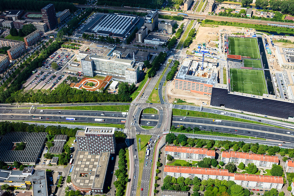 Nederland, Noord-Holland, Amsterdam, 14-06-2012; Ring A10, Einsteinweg (vlnr), kruising met Jan van Galenstraat. Rechts de nieuwe wijk Laan van Spartaan, links het Sint Lucas Andreas Ziekenhuis...A 10 Ring road intersection/fly-over in between houses, a hospital and playing fields in an Amsterdam-west residential area. New constructed residential district Laan van Spartaan (r)..luchtfoto (toeslag), aerial photo (additional fee required).foto/photo Siebe Swart