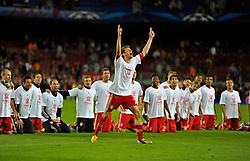 01.05.2013, Fussball Champions League Halbfinale Rückspiel: FC Barcelona - FC Bayern München, im Stadion Nou Camp in Barcelona, Spanien. Thomas Müller (Bayern München) macht nach dem Spiel den Vorsänger bei den Jubelgesängen.