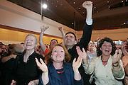 Mannheim. Stadthaus N1. Oberbürgermeisterwahl. Wahlparty. Mit einem vorläufigen Wahlendergebnis von 50,53 für Dr. Peter Kurz (SPD) endet der Wahlkampf. Dr. Peter Kurz kann im ersten Wahlgang, entgegen aller Prognosen, die OB-Wahl klar für sich entscheiden.<br /> <br /> <br /> Bild: Markus Proßwitz<br /> ++++ Archivbilder und weitere Motive finden Sie auch in unserem OnlineArchiv. www.masterpress.org ++++