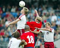 Fotball, 7.september 2002. EM kvalifisering, Ullevaal stadion,  Norge - Danmark 2-2. Martin Laursen, Danmark, vinner en duell med Steffen Iversen, Norge.