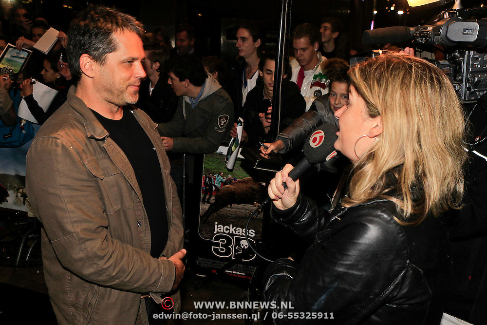NLD/Amsterdam/20101029 - Premiere Jackass 3D, Jeff Tremaine word geinterviewd door SBS Shownieuws
