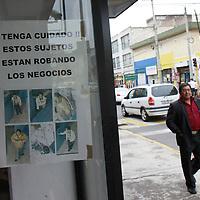 Toluca, México.- Comerciantes de la zona centro de Toluca han instalado  mantas y letreros en donde les piden a sus compradores que carguen un silbato, y en caso de ser objeto de algún robo lo toquen y estos acudirán de inmediato en su auxilio, afirman los locatarios que es una medida que se ha tomado ya que la delincuencia en esta zona ha aumentado. Agencia MVT / Crisanta Espinosa. (DIGITAL)