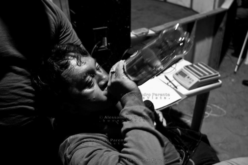 ENG:<br /> To stay awake and focused, the juror consumes lot of Mezcal.<br /> ITA:<br /> Per rimanere sveglio e concentrato, il giurato consuma dosi esagerate di Mezcal.