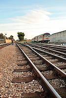 Le Ferrovie del Sud Est nascono in Puglia, nell'ottobre del 1931. A questà nuova società veniva dato in concessione l'insieme delle reti ferroviarie precedentemente gestite da diversi organismi (Società per le Ferrovie Salentine, Società per le Ferrovie Sussidiate, Ferrovie dello Stato)..Le aree pugliesi attraversate dalla società ferroviaria sono l'area barese, la fascia Taranto-Brindisi e l'area leccese-salentina, collegando fra loro i capoluoghi di Bari, Taranto e Lecce, nonché oltre 130 comuni delle province meridionali..Il reportage fotografico sulle Ferrovie Sud Est intende testimoniare l'evoluzione tecnologica che, durante gli anni, ha modificato e migliorato il servizio ferroviario e la convivenza del progresso con tracce del passato, attraverso un viaggio tra le stazioni e i depositi..Binari che attraversano la stazione di Mungivacca.