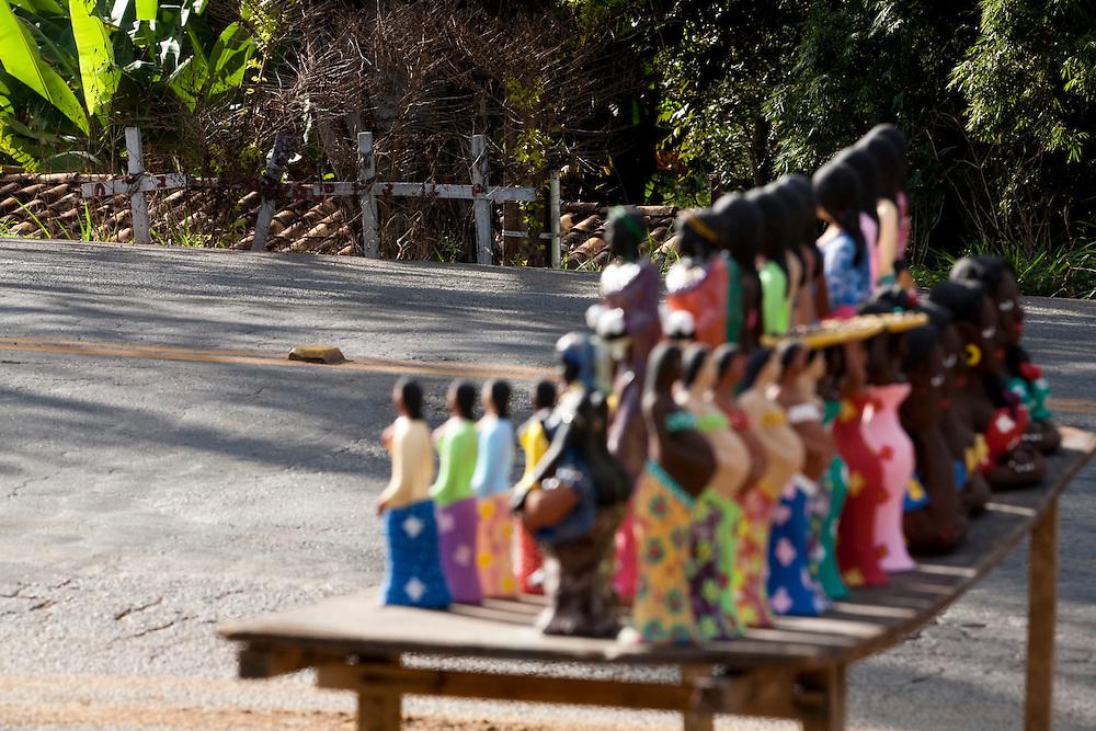 Pedra do Indaia_MG, Brasil...Comercio de artesanato na rodovia MG 50 em Pedra do Indaia...A craft trade on MG 50 highway in  Pedra do Indaia...Foto: LEO DRUMOND / NITRO