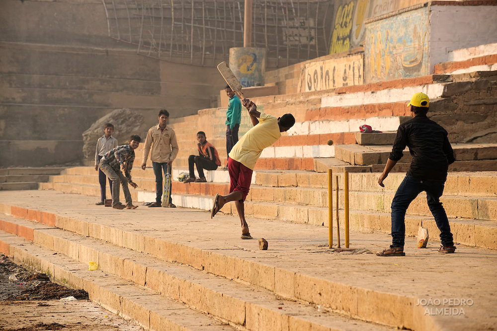 Boys playing cricket close to Harischandra ghat.