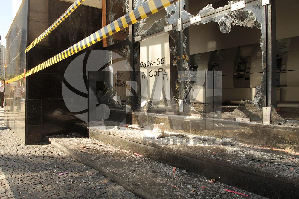 RIO DE JANEIRO, RJ, 08.10.2013 - RASTRO DE DESTRUIÇÃO - Um rastro de destruição e visto no dia seguinte das manifestaçõe, os manifestantes destruíram agencias bancarias e lojas no entorno da Cinelandia, terça 08. (Foto: Levy Ribeiro / Brazil Photo Press)