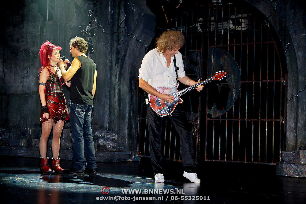 NLD/Utrecht/20100903 - Premiere Queen musical We Will Rock You, Queen gitarist Brian May gitaar spelend