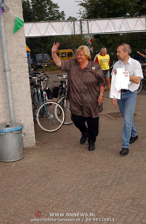 Mw. Erica Terpstra opent de sportdag voor revalidatiecentrum de Trappenberg bij AV Zuidwal in Huizen