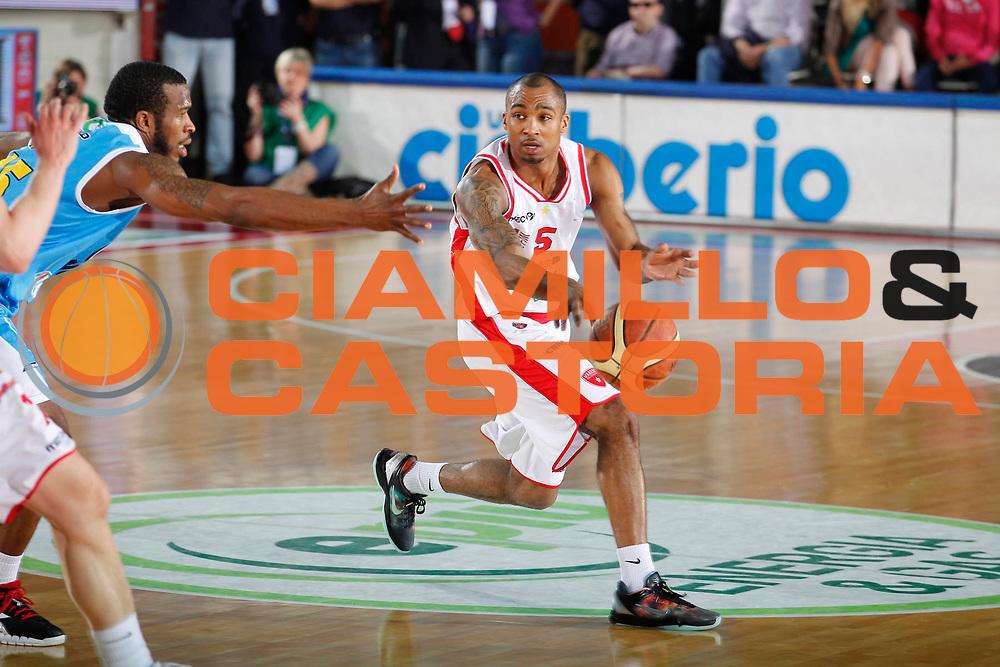 DESCRIZIONE : Varese Campionato Lega A 2011-12 Cimberio Varese Vanoli Braga Cremona<br /> GIOCATORE : Phil Goss<br /> CATEGORIA : Passaggio<br /> SQUADRA : Cimberio Varese<br /> EVENTO : Campionato Lega A 2011-2012<br /> GARA : Cimberio Varese Vanoli Braga Cremona<br /> DATA : 29/04/2012<br /> SPORT : Pallacanestro<br /> AUTORE : Agenzia Ciamillo-Castoria/G.Cottini<br /> Galleria : Lega Basket A 2011-2012<br /> Fotonotizia : Varese Campionato Lega A 2011-12 Cimberio Varese Vanoli Braga Cremona<br /> Predefinita :