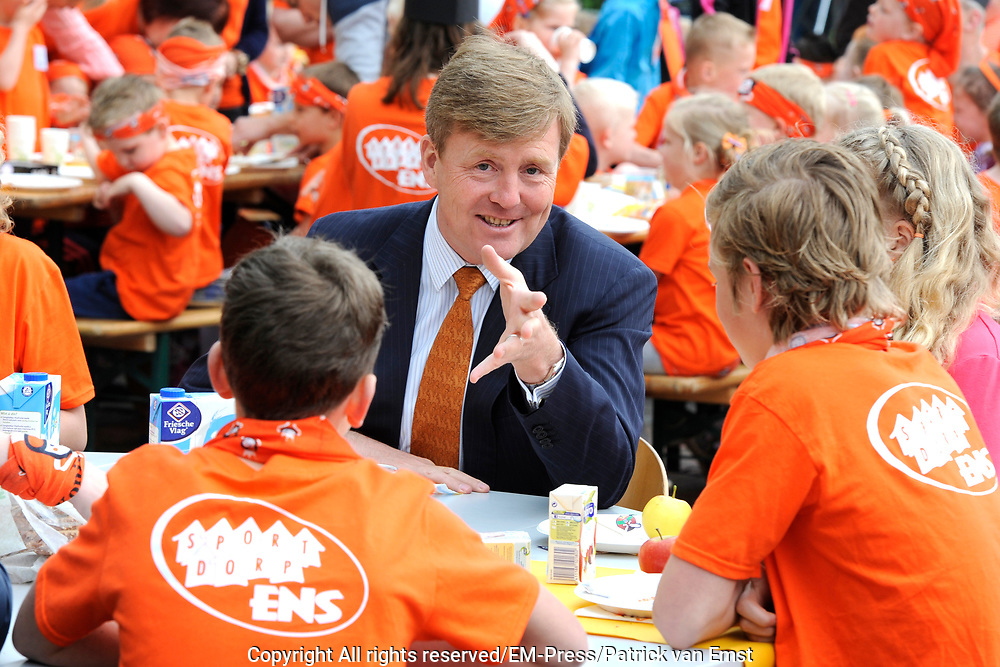 "Koning Willem Alexander opent Koningsspelen in Ens van de drie basisscholen Het Lichtschip, De Horizon en De Regenboog in Ens. Het gaat om een dag vol bewegen voor kinderen, die wordt voorafgegaan door een feestelijk Koningsontbijt.<br /> <br /> King Willem Alexander opens the "" King Games"" in the town Ens. It is a day of exercise for children, which is preceded by a festive King Breakfast.<br /> <br /> Op de foto / On the photo:  Koning Willem-Alexander aan het ontbijt / King Willem-Alexander at breakfast"