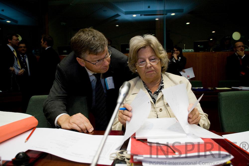 BRUSSELS - BELGIUM - 25 SEPTEMBER 2008 -- Birthe Rønn Hornbech og departementschef Claes Nilas gennemgaar dokumenter inden EUs ministerraadsmoede begynder.  Photo Erik LUNTANG / EUP-Images