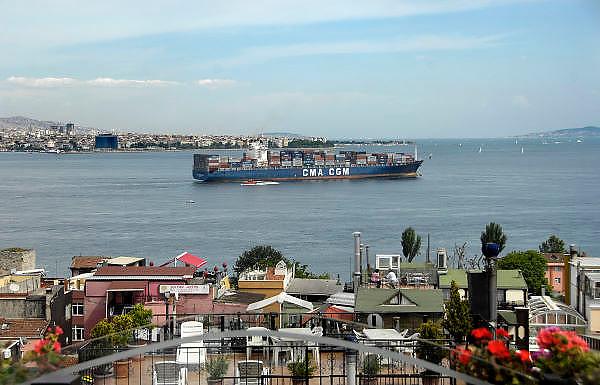 Turkije, Istanbul, 4-6-2011Stadsbeelden van Istanboel. Containerschip vaart door de Bosporus.Foto: Flip Franssen