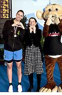 II Trofeo Città di Milano .Milano , Piscina D. Samuele 3-5 Febbraio 2012.Day01.premiazioni _ Alessia Filippi (FFGG) ha vinto gli 800 s.l. femminili ed è stata premiata dall'assessore allo sport del Comune di Milano  Claudia Bisconti.Photo G.Scala/Deepbluemedia.eu