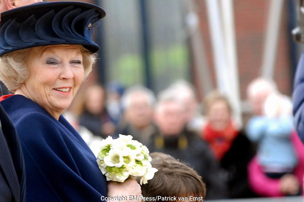 H.M. de Koningin Beatrix is aanwezig bij de viering van het 50 jarig jubileum van de Stichting Nationale Boomfeestdag. De Koningin zal met hulp van 5 kinderen haar boom planten.<br /> <br /> H.M. the queen Beatrix is present at the celebration of the 50 th  jubilees of the foundation national tree (boomfeestdag) . The queen will plant its tree with help of 5 children.<br /> <br /> <br /> Op de foto: