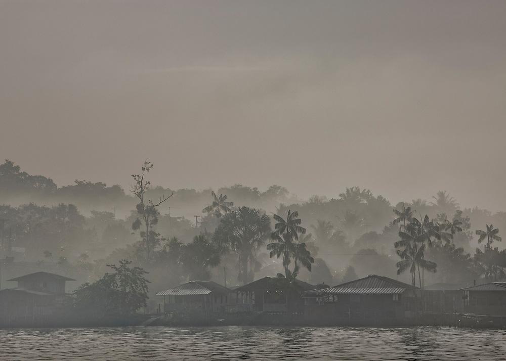 Saint-Georges de l'Oyapock, Guyane, 2015. <br />  <br /> Vue sur le quartier de l'invasion, extension d'Oiapoque face &agrave; Saint-Georges. Fleuve fronti&egrave;re et voie de communication naturelle entre les deux pays, l&rsquo;Oyapock s&eacute;pare la Guyane du Br&eacute;sil. Ici, les riverains sont g&eacute;ographiquement, mais aussi culturellement ou &eacute;conomiquement plus proches de la rive oppos&eacute;e que de leurs capitales r&eacute;gionales. La France et le Br&eacute;sil travaillent pourtant &agrave; l&rsquo;ach&egrave;vement d&rsquo;une liaison routi&egrave;re qui reliera de fa&ccedil;on terrestre la Guyane fran&ccedil;aise &agrave; l&rsquo;&Eacute;tat br&eacute;silien de l&rsquo;Amap&agrave; et plus globalement l&rsquo;Union Europ&eacute;enne au Mercosul.