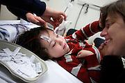 Een jongen krijgt plakkers op voor een EEG.<br /> <br /> A young boy is undergoing an EEG.
