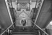 Nederland,Vlissingen, 15-11-1985 Koninklijke Schelde Groep. Voorheen Koninklijke Maatschappij de Schelde. Trappenhuis in hoofdkantoor. Versiering: TER HERINNERING VAN HET 50 JARIG BESTAAN DER MAATSCHAPPIJ . Onder de trappen zijn de namen van alle schepen geschreven die hier gebouwd zijn.Foto: Flip Franssen/Hollandse Hoogte