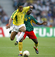 FOOTBALL - CONFEDERATIONS CUP 2003 - GROUP B - 030619 - BRASIL v KAMERUN- RONALDINHO (BRA) / ERIC DJEMBA (CAM) - PHOTO GUY JEFFROY / DIGITALSPORT