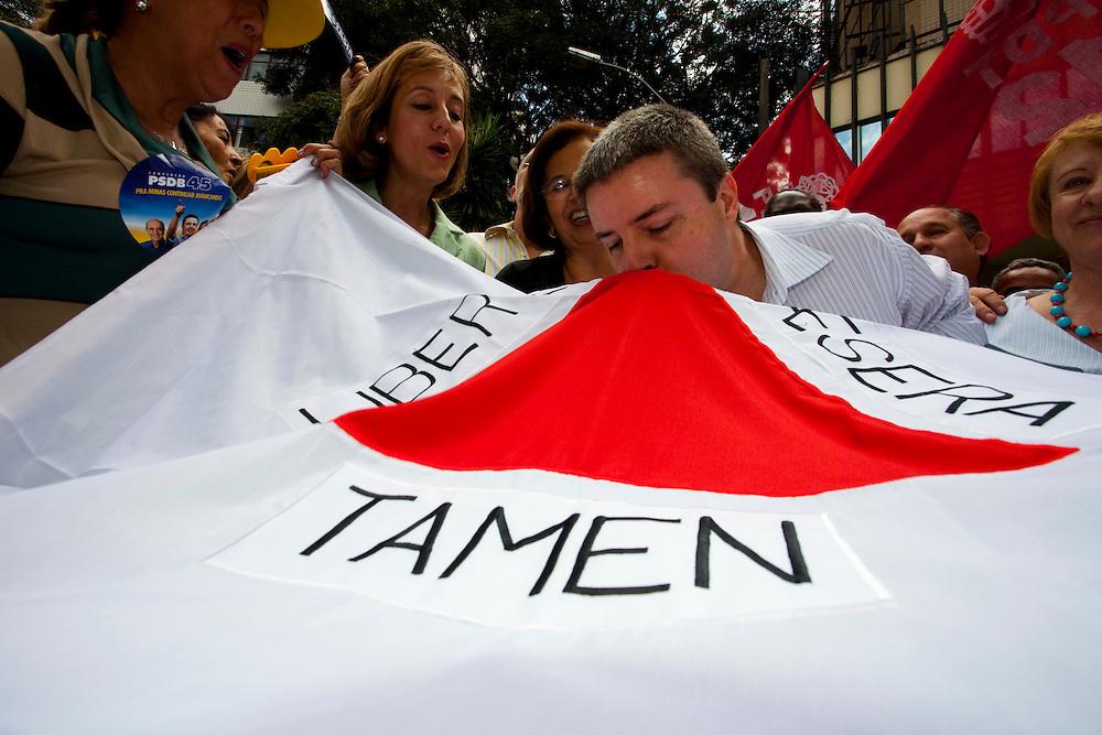 Belo Horizonte_MG, 12 de Julho de 2010...Campanha Antonio Anastasia ao governo de Minas 2010...Caminhada e panfletagem na Savassi...Foto: LEO DRUMOND