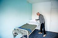 Gedupeerde van de brand in de Schiebroekse Moddermanstraat, de 76-jarige Pieter in zijn woonkamer. Z