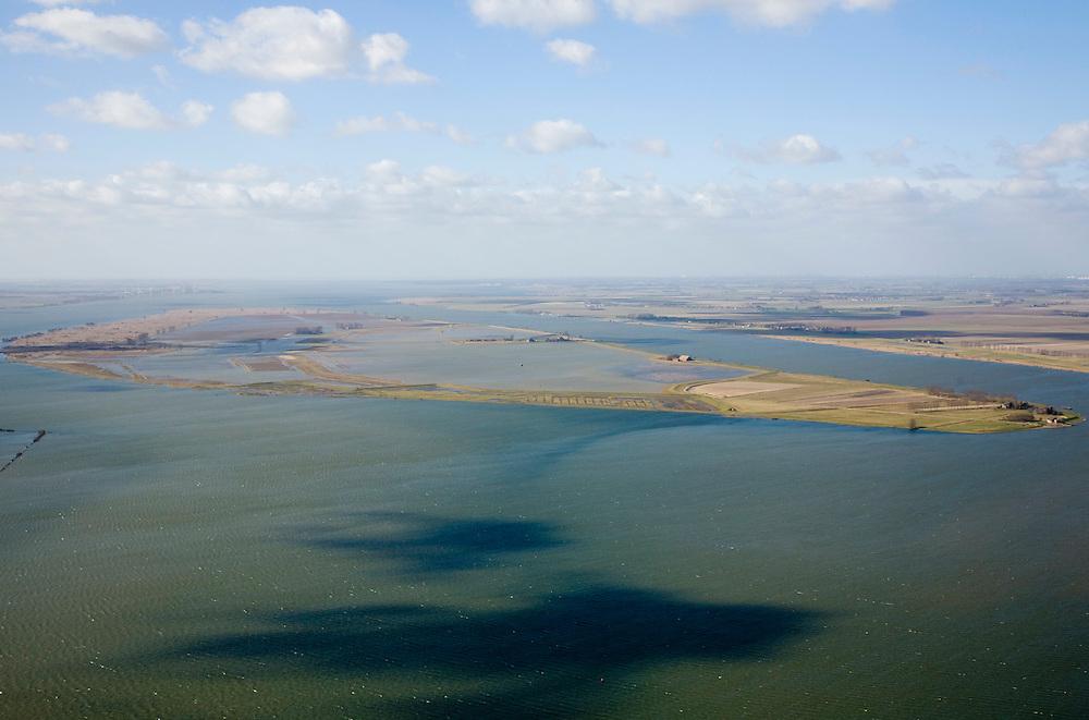 Nederland, Zuid-Holland, Tiengemeten, 04-03-2008; eilandje in het Haringvliet, oorspronkelijk eigendom - binnen de dijken - van AMEV (Fortis Investments) en Natuurmonumenten (buitendijkse slikken); het eiland werd gebruikt voor de akkerbouw maar is inmiddels 'teruggegeven aan de natuur' (dijken deels doorgestoken) , de laatste boer in 2006 vertrokken; huidig gebruik onder andere zorgboerderij en kan er gekampeerd worden; nieuwe natuur, onderdeel van de Ecologische Hoofdstructuur; natuurontwikkelingsgebied, natuurontwikkeling natuurontwikkeling, schorren. .luchtfoto (toeslag); aerial photo (additional fee required); .foto Siebe Swart / photo Siebe Swart