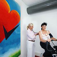 Nederland, Almere , 10 augustus 2010..Vrouwen hart en vaatpoli in Almere..Hart en vaat ziekten zijn doodsoorzaak nummer 1 bij Nederlandse vrouwen..Op de foto wordt bij een vrouwelijke patient door Janneke Wittekoek (cardioloog en medisch directeur van Cardiologie Centrum Almere) de hartslag gemeten gedurende het fietsen.Cardiovascular disease clinic for women..Cardiovascular diseases are a leading cause of death in Dutch women.