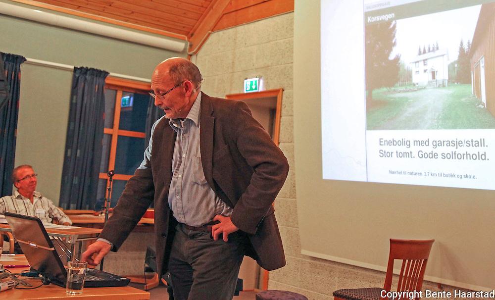 Reidar Almås (født 1943), forsker og professor (emeritus) i bygdesosiologi og regionalpolitikk. I mange år ansatt ved Norsk senter for bygdeforskning, Dragvoll, NTNU og var også den som etablerte sentret i 1982. Var ansatt her til nådd pensjonsalder, men har  hatt en viss yrkesmessig tilknytning til sentret etter det. Har som forsker vært spesielt opptatt av fremtiden til det norsk landbruk, men er også i en viss grad opptatt av landbruk internasjonalt. Han har også vært en aktiv kronikør og samfunnsdebattant og har deltatt i flere radio- og TV-sendte debatter. Han var politisk aktiv på venstresida i en periode på 1970-tallet. (Wikip). Bildet er på en konferanse i Selbu. I bakgrunnen gründer Jan Erik Steen.