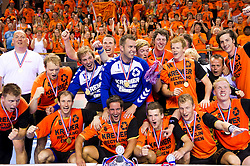 02-06-2011 HANDBAL: BEKERFINALE HURRY UP - O EN E: ALMERE<br /> o.a.  Ronald Suelmann, Nick Masmeijer, Martijn Louissen, keeper Bart van Huisstede, keeper Guido Rink, Jort Neuteboom met de beker<br /> ©2011-FotoHoogendoorn.nl / Peter Schalk