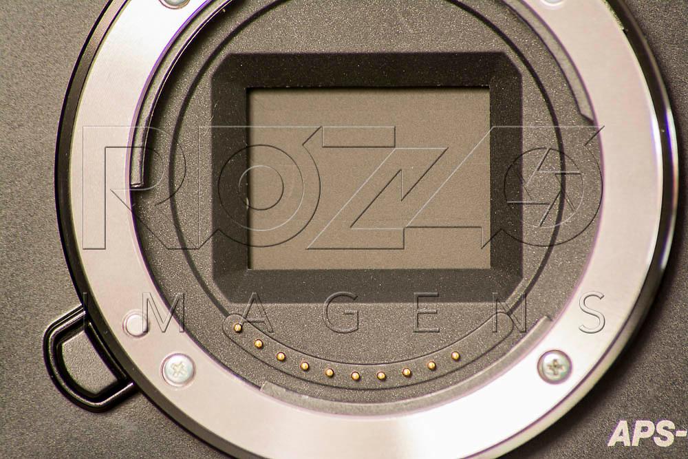 Obturador de uma câmera fotográfica mirrorless fechado, São Paulo - SP, 08/2016.