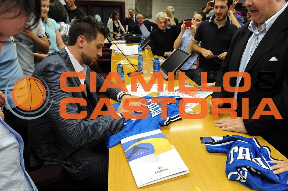 DESCRIZIONE : Roma Lega A 2010-11 Tor Vergata Premio Etica dello Sport ad Andrea Bargnani<br /> GIOCATORE : Andrea Bargnani Mimmo Cacciuni<br /> SQUADRA : <br /> EVENTO : Campionato Lega A 2010-2011<br /> GARA : <br /> DATA : 10/05/2011<br /> CATEGORIA : ritratto<br /> SPORT : Pallacanestro<br /> AUTORE : Agenzia Ciamillo-Castoria/GiulioCiamillo<br /> Galleria : Lega Basket A 2010-2011<br /> Fotonotizia : Roma Lega A 2010-11 Tor Vergata Premio Etica dello Sport ad Andrea Bargnani<br /> Predefinita :