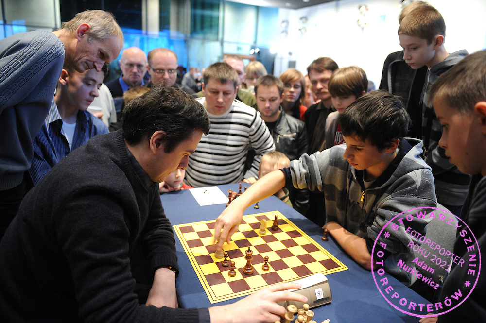 "(L) BARTLOMIEJ MACIEJA DURING "" INDEPENDENT CHESS TOURNAMENT "" IN OLYMPIC CENTRE IN WARSAW, POLAND...WARSAW , POLAND , NOVEMBER 11, 2009..( PHOTO BY ADAM NURKIEWICZ / MEDIASPORT )..PICTURE ALSO AVAIBLE IN RAW OR TIFF FORMAT ON SPECIAL REQUEST."