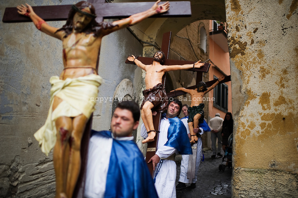 Procida, Italia - 22 aprile 2011. La processione dei Misteri che si svolge ogni anno il venerdi Santo sull'isola di Procida. Decine di carri che rappresentano episodi dell'Antico Testamento o del Vangelo sfilano lungo le strade dell'isola..Ph. Roberto Salomone Ag. Controluce.ITALY - A moment of the Holy friday procession on the italian island of Procida on April 22, 2011. Thousands of worshippers crowd the island to assist to this tradition procession.