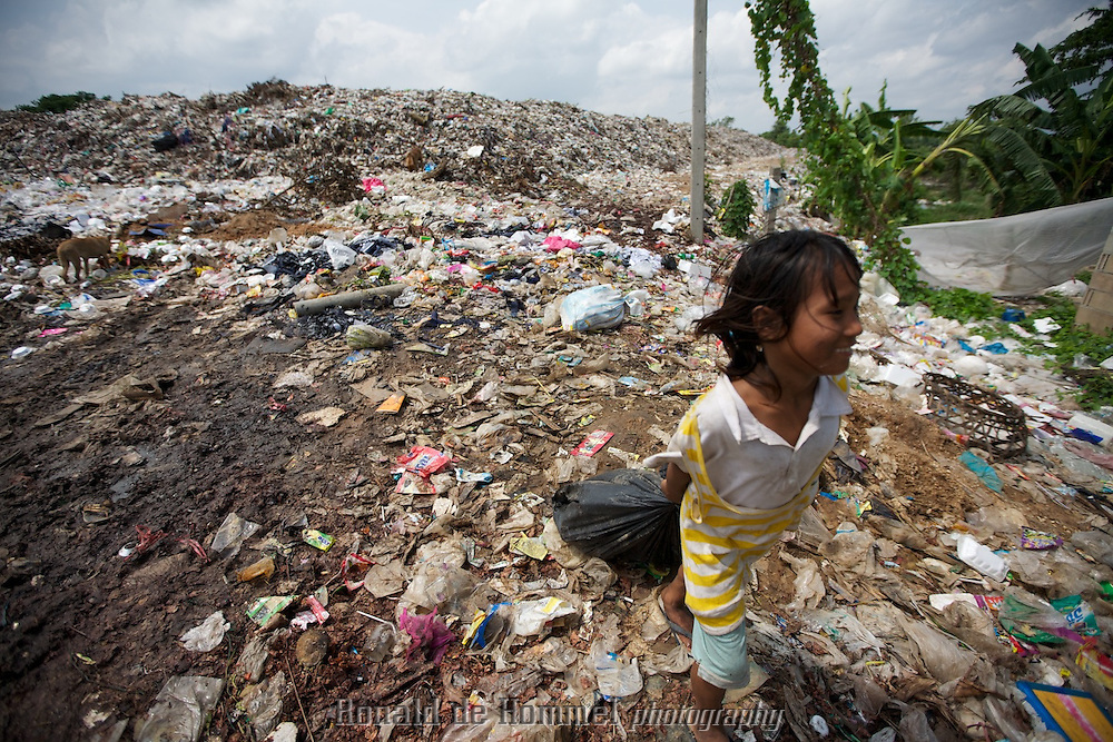 Birmese migrant families with small children work on the garbage dump of Mae Sot in Thailand on the border with Burma / Myanmar.