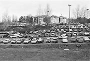 Nederland, Nijmegen, 14-11-1980Parkeren in de benedenstad. Grote straat, eiermarkt, groene balkon.In de loop van de 20e eeuw is de kwaliteit van bebouwing in nijmeegse benedenstad zodanig achteruitgegaan dat er grote lege plekken waren ontstaan door gesloopte of ingestorte gebouwen en woningen. De opengevallen ruimte werd gebruikt als parkeerplaats. Eind 70er jaren werd besloten dit hele gebied te herbouwen volgens het oude stratenpatroon. Onder druk van de woningnood werden het vooral sociale huurwoningen. Begin jaren 80 is dit voltooid en heeft Nijmegen haar gezicht weer naar de rivier gekeerd. Door het middeleeuwse stratenpatroon en het hoogteverschil is de Benedenstad sinds 1975 een van rijkswege beschermd stadsgezicht.Foto: Flip Franssen/Hollandse Hoogte