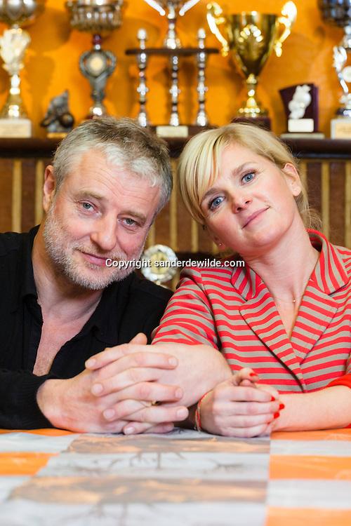 portretten van Filip Peeters en Ann Miller voor de tv serie Salamander in de stamkroeg van hun woonplaats Lennik.