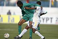 Fotball<br /> African Nations Cup 2004<br /> Afrika mesterskapet 2004<br /> Foto: Digitalsport<br /> NORWAY ONLY<br />  FIRST ROUND - GROUP D - 040131 - NIGERIA v SOUTH AFRICA - NWANWKO KANU (NIG) / MBULELO MABIZELA (RSA) - PHOTO JEAN MARIE HERVIO / Digitalsport