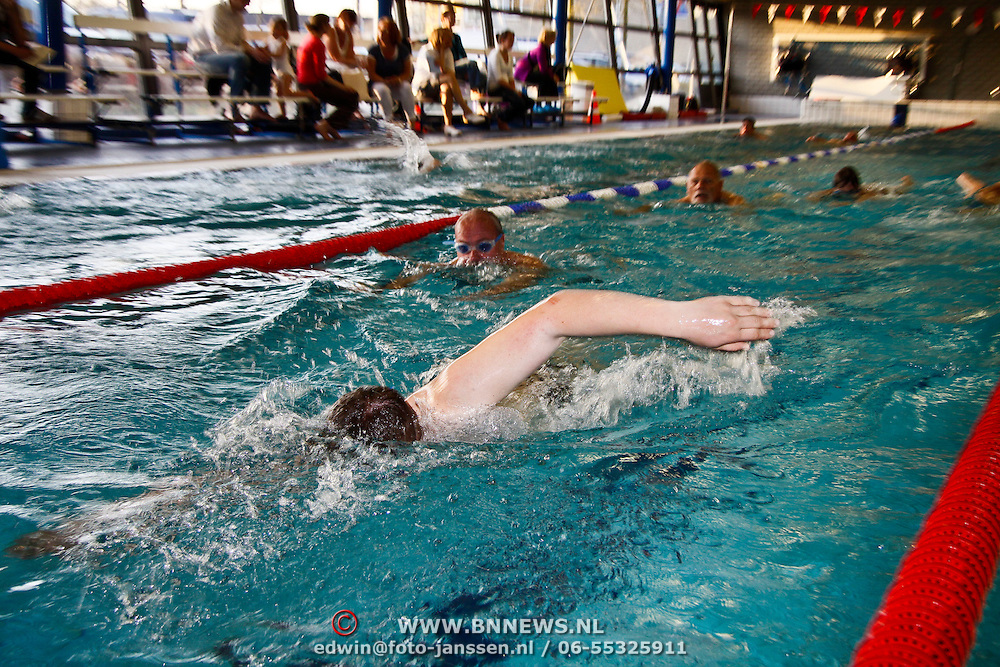 NLD/Huizen/20100424 - Sponsor zwemmen voor het KWF in zwembad de Meent