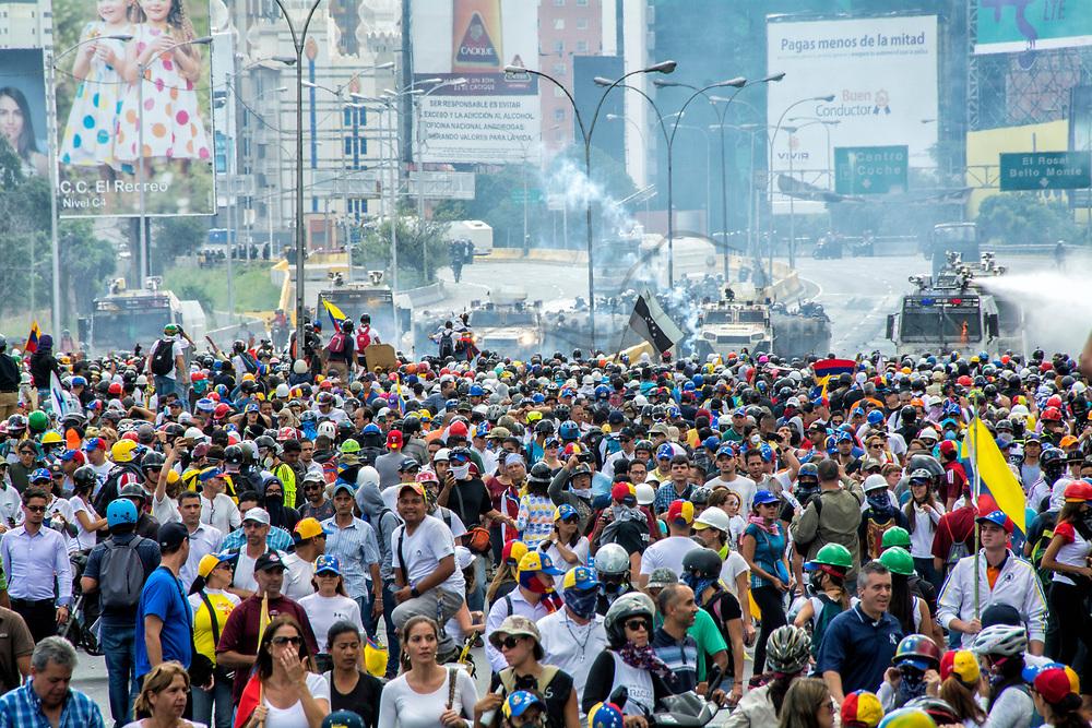 La Policía Nacional Bolivariana y la Guardia Nacional, comienzan a reprimir la marcha de la oposición.La Mesa de la Unidad Democrática (MUD) moviliza a los manifestantes el miércoles 31, desde el este y el oeste de Caracas hasta la sede del Ministerio de Relaciones Exteriores. Caracas, 31 de mayo de 2017. Bolivarian National Police and National Guard, begin to repress the march of the opposition. The Bureau of Democratic Unity (MUD) mobilizes protesters on Wednesday, 31 from east and west of Caracas to the headquarters of the Ministry of Foreign Affairs. Caracas, May, 31, 2017