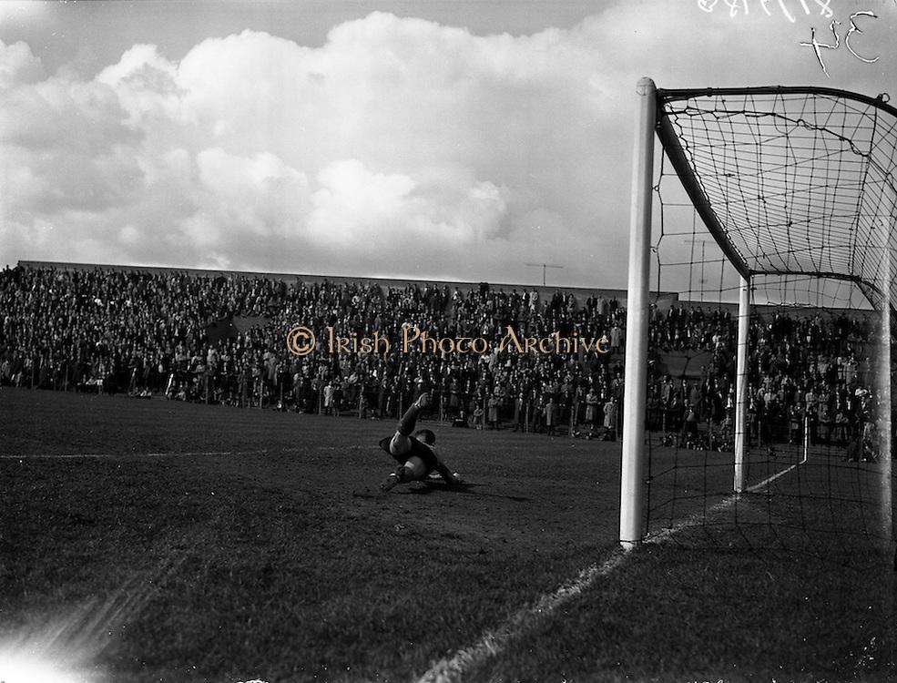 30/04/1961<br /> 04/30/1961<br /> 30 April 1961<br /> Soccer: Cork Celtic v Drumcondra, Final of Top Four Competition at Dalymount Park, Dublin.