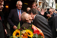 19 SEP 2002, TALLE/GERMANY:<br /> Gerhard Schroeder, SPD, Bundeskanzler, wird von seiner Mutter, Erika Vosseler, vor dem Lokal Taller Krug waehrend einem Besuch in seinem Heimatort begruesst<br /> IMAGE: 20020919-01-006<br /> KEYWORDS: Gerhard Schröder, mother, Kuss, Kuß,
