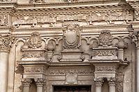 Basilica di Santa Croce. Nell'area dell'attuale basilica, Gualtieri VI di Brienne aveva già fondato un monastero nel XIV secolo, ma fu solo dopo la metà del XVI secolo che si decise di trasformare l'area in una zona monumentale. Per reperire il terreno si requisirono case e proprietà degli ebrei, cacciati dalla città nel 1510. I lavori per la costruzione della basilica si prolungarono per due secoli, fra il XVI e il XVII secolo, e videro coinvolti i più importanti architetti cittadini dell'epoca..La prima fase della costruzione, cominciata nel 1549, terminò entro il 1582 e vide la costruzione della zona inferiore della facciata, fino all'enorme balconata sostenuta da telamoni raffiguranti uomini e animali. La cupola venne completata nel 1590. Secondo lo storico dell'arte Vincenzo Cazzato questa prima fase vide l'emergere della personalità di Gabriele Riccardi. Una successiva fase dei lavori, a partire dal 1606, durante la quale vennero aggiunti alla facciata i tre portali decorati, è marcata dall'impegno di Francesco Antonio Zimbalo. Al completamento dell'opera lavorarono successivamente Cesare Penna e Giuseppe Zimbalo. Al primo è dovuta la costruzione della parte superiore della facciata e dello stupendo rosone (vicino al quale è scolpita la data 1646), al secondo va probabilmente attribuito il fastigio alla sommità della struttura.